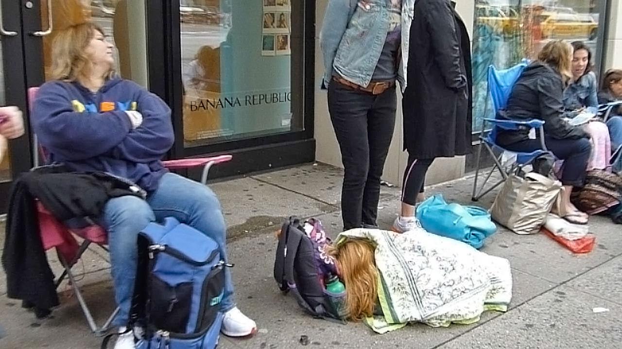 Mädchen schläft am Boden