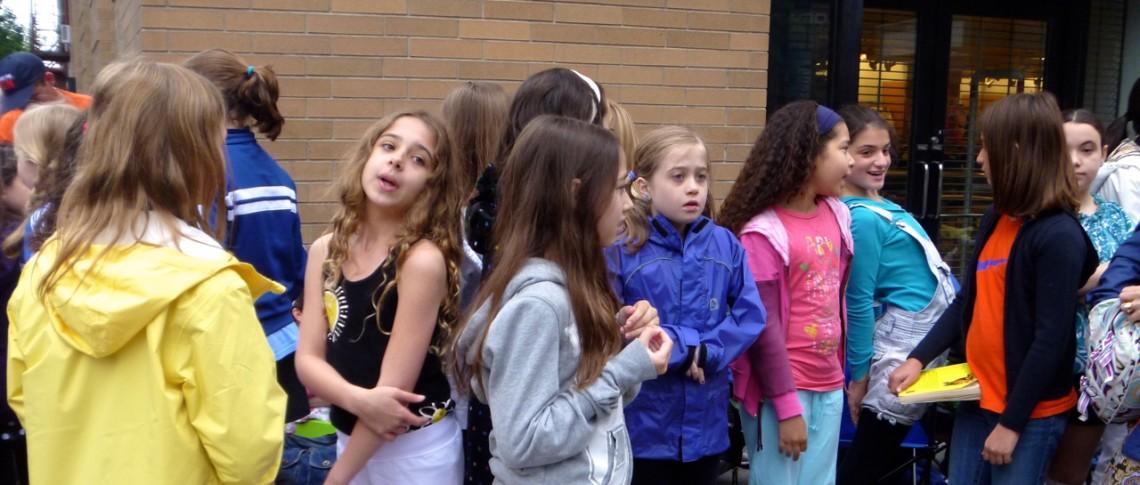 Mädchen in der Warteschlange