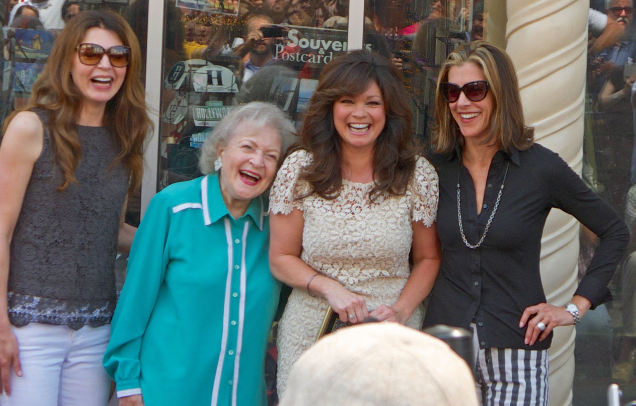 Die 90-Jährige überstrahlt alle: «Hot in Cleveland»-Darstellerinnen Jane Leeves, Betty White, Valerie Bertinelli & Wendie Malick (v.l.)