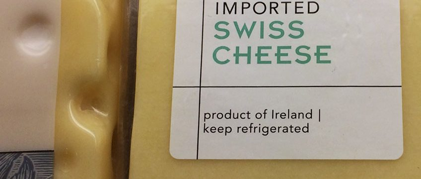 "Käse mit Label ""Imported Swiss Cheese"""