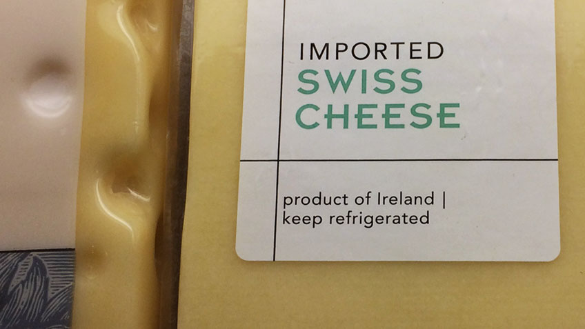 """Käse mit Label """"Imported Swiss Cheese"""""""